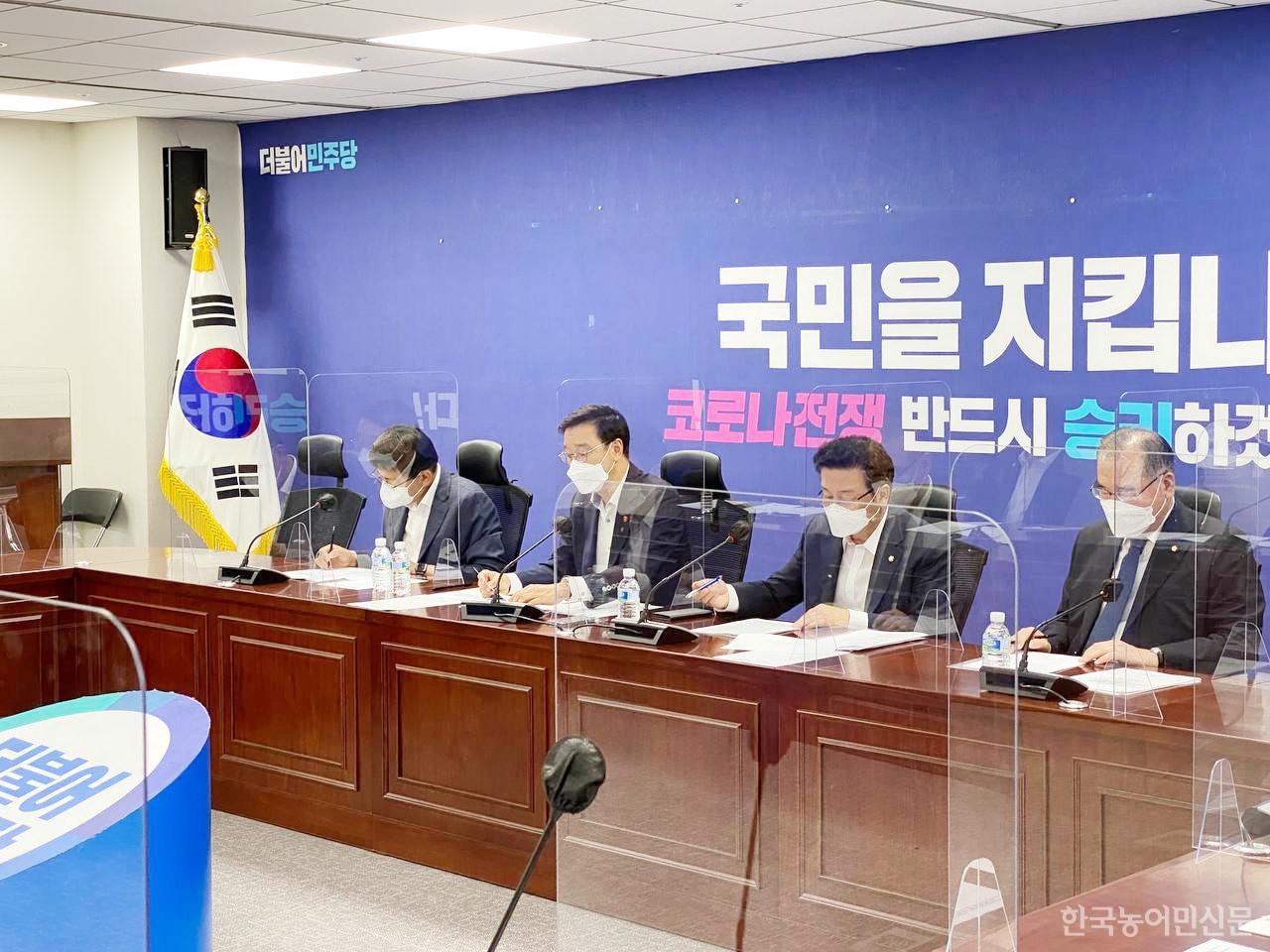 지난 12일 농해수위 소속 더불어민주당 의원들은 최근 논란이 되고 있는 군급식 개선방안을 논의하기 위해 당·정·청 협의회를 개최했다.