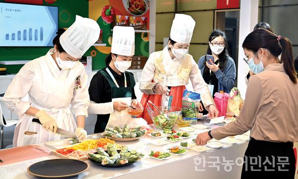 '2021 상하이 국제식품박람회(SIAL CHINA)'에서 월남쌈 등 파프리카 요리 시연 및 시식 행사가 진행됐다.